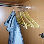 Im Kleiderschrank sechs echte Kleiderbügel - sehr gut!