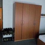 Zimmer 102 mit großem Kleiderschrank und Kofferablage, toll!