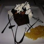 Postre de chocolate piñones y mermelada casera