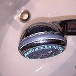 Photos de la salle de bain. Une horreur indigne de tout hotel et surtout d'un pseudo 4 étoiles