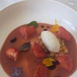 Dessert : préparation fraise, rhubarbe avec une glace verveine.