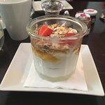 Déssert du Brunch , Fromage blanc , miel , muesli et fraises le tout dans un pot à confiture!