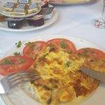 Frühstück mit Omelett und Aufschnittplatte für eine Person