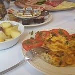 Das leckere Omelett auf griechische Art, frischer Obstsalat