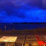 Vue du restaurant sur la mer à la nuit tombante