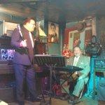El cantante de tangos..... y el Pollito.... el último que queda, de los del siglo pasado.