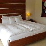 Ausgezeichnetes Bett, nur die Kunst wirkte etwas bedrohlich