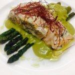 trancio di salmone al vapore con asparagi e vellutata di piselli