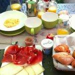 Le petit déjeuner avec produits de qualité : oeufs brouillés, viennoiseries, jambon, fromage, ya