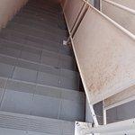 escaliers interieurs, sales et rampe rouillee vraiment domage
