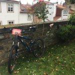 A nuestra llegada, dejando las bicis en el jardín.