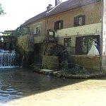 Le moulin côté rivière, la taverne donne sur le balcon.