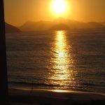 Amanhecer em Copacabana, visto da janela lateral do hotel.