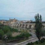 Hacia el casco antiguo...Puente romano y Mezquita