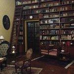 Entrada a la habitación por biblioteca
