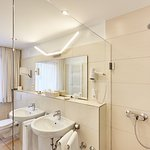 Badezimmer im Doppelzimmer mit Dusche und WC, Doppelbett