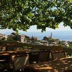 la terrasse et la vue sur le village et la mer