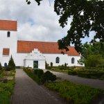 Foto de Landet Kirke og kirkegaard