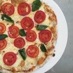 Pizza Margherita, plantain chips & yanikekes