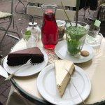 New York Cheesecake, Chocolate Cake, Hibiskusblüten-Eistee und Minztee mit Holunderblütensirup