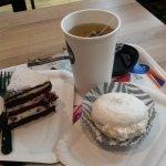 Чай, черносмородиновый торт и безе