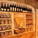 La nouvelle épicerie du Refuge. Charcuterie de tradition, vins corses, terrines de sanglier...