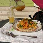Wok de vegetales con arroz yamani. Jugo de manzana, cedrón y un toque de limon