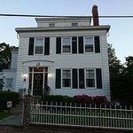 Schöne alte Häuser und das Meer