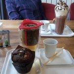 Muffin, thé et chocolat chaud