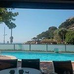 Vistas de la piscina desde el comedor acristalado