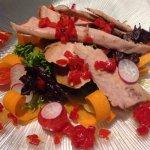 Ensalada fresca con ventresca de atún y salsa de piquillos