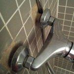 Bonita instalación de fontanería, con la ducha abierta se habría apreciado el chorro que salía.