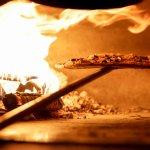 Pizza en el horno de leña