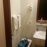 baño anticuado y desgastado