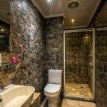 Lion's Den en-suite bathroom