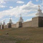 de muur met de torentjes, aan de binnenzijde de lama tempels