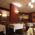Nosotros llegamos cuando abrían el restaurante y por eso se ve vacío pero luego se fue llenando.