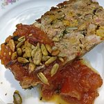Gehaktbrood met abrikozen, pompoenpitten en tomatenchutney