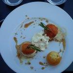 Profiteroles d'abricots, glace pignons de pins caramélisés, chantilly amandes