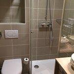 Salle de bains petite mais très propre et en parfait état