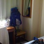 テーブルの右端に籐の椅子が。いろいろ使えそうです。私は、折りたたみ椅子を置き、バッグを置いてみましたが、これも便利でした。面白い。