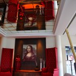 Im Hoteleingang spiegelt sich Leonardos berühmtes Gemälde, ein guter Eindruck!