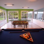 playroom con ping pong, metegol y pool