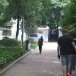 Очень загадочный переулок! А рядом, в скверике, экологичная заправка для электромобилей :)