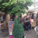Eiscafé, Strassenverkauf, Sicht vom Eiscafé