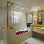 BATHROOM - ROYAL GOLD SUITE