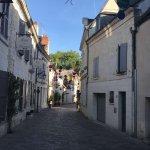 Jolie rue où se situe le restaurant La Crédence