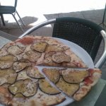 Pizza de berenjena y parmesano.