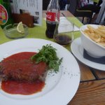 Steak in tomato sauce with chips