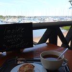 Hyvä pulla-teehetki mukavan näkymän kera - Good bun&tea moment with a nice view
